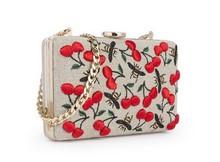 Mini bolso con cadena dorada y estampado de cerezas y abejas de colores.