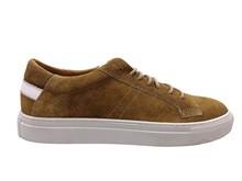 Zapato deportivo de cordones en serraje color camel. Piso grueso de goma blanca. Talonera blanca