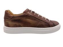 Zapato deportivo de cordones en piel de color tostado. Piso grueso de goma blanca
