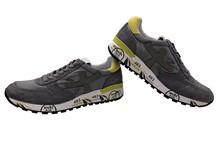 Zapatilla deportiva en ante y nylon gris y lima. Piso de goma. Altura total 4 cm.