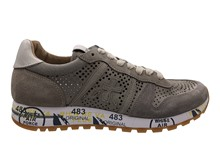 Zapatilla deportiva en ante calado en color beig y visón. Piso de goma. Altura total 3 cm.