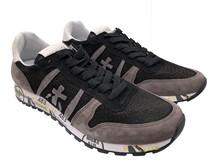 Zapatilla deportiva en ante calado en color negro y gris. Piso de goma. Altura total 3 cm.