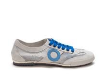 Deportiva en ante y mesh blanca. Vira blanca. Piso de goma. Cordones y logo azules.