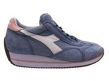 Zapatilla deportiva en lona y ante azul claro. Cuña interna total de 5 cm. Piso de goma blanco