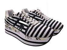 Deportiva en tejido a rayas negro y blanco. Piso de goma. Plataforma total de 5 cm.