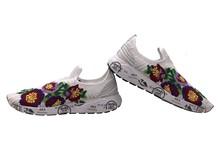 Deportiva Slipon en malla blanca con flores bordadas multicolor. Piso de goma. Altura total 4 cm.