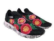 Deportiva Slipon en en malla negra con flores bordadas multicolor. Piso de goma. Altura total 4 cm.