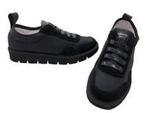 Deportiva slip on en tela, ante y piel color negro. Piso negro de goma ultra confort.