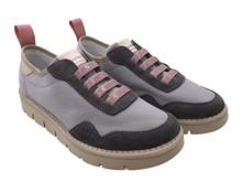 Deportiva en tejido y ante gris y rosa. Piso de goma neutro. Altura total 4 cm.