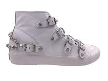 Bota deportiva en piel blanca con tachas plateadas y brillantes. Piso de goma blanco. Altura 3cm.