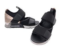 Sandalia deportiva en tejido y goma multicolor. Piso de goma. Altura total 4 cm.