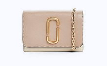 Mini bolso con tira larga de cadena dorada. Tonos multicolor.