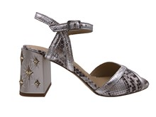 Sandalia de tiras en piel metalizada plata y serpiente natural. Estrellas en tacón grueso de 6 cm.
