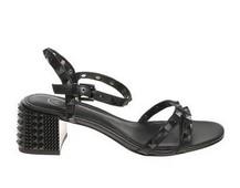Sandalia de tiras en piel negra. Tachas en todas las tiras. Tacón también adornado de 5 cm. altura.