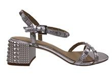 Sandalia de tiras y tachas plateada. Tacón con tachas grueso de 5 cm. Piso de cuero