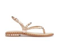 Sandalia de dedo plana en piel metalizada oro rosado. Tachas en tiras y en tacón. Piso de cuero.