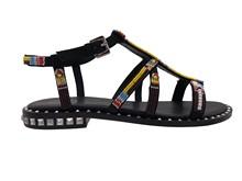 Sandalia de tiras con cuentas de colores. Vira con tachas plateada. Piso de cuero