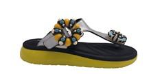 Sandalia de dedo en piel plata con broches de colores. Piso de goma amarilla 3 cm.