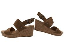 Sandalia de dos tiras en ante de color tostado. Cuña de corcho de 6 cm. de altura