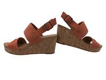 Sandalia de dos tiras en ante de color naranja. Cuña de corcho de 6 cm. de altura