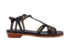 Sandalia de tiras en nobuc multicolor. Tacón plano. Piso de goma.