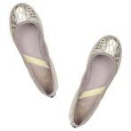 Bailarina en tejido beige y platino. Motivo cocodrilo. Piso de goma. Planta interior acolchada.