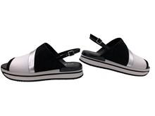 Sandalia de pala ancha en colores blanco, negro y plata. Tira trasera con hebilla. Altura total 4 c