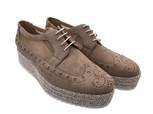 Zapato de cordones en nobuc y malla camel. Puntera vega. Plataforma en esparto. Altura total 5 cm