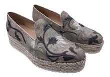 Zapato abotinado en tejido bordado de flores. Color visón . Plataforma de esparto. Altura total 4 .