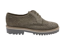 Zapato de cordones en ante perforado de color visón. Piso de goma gris. Altura total 3 cm.
