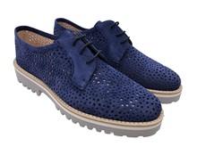Zapato de cordones en ante perforado de color azul. Piso de goma gris. Altura total 3 cm.