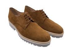 Zapato de cordones en ante de color cuero. Piso de goma gris. Altura total 3 cm.