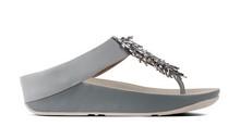 Sandalia de dedo con cuentas metalizadas. Color gris azulado. Cuña de 4 cm. de altura.