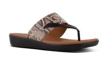 Sandalia de dedo combinada en color negro y serpiente nateral. Piso de goma. 3 cm de altura
