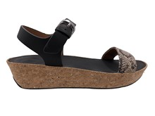 Sandalia de tiras en piel tipo serpiente natural. Cuña de corcho de 4 cm altura. Hebilla posteri