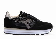 Zapatilla deportiva con cordones en ante y nylon negro.Ccuña interna total de 5cm. Piso de goma