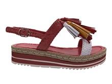 Sandalia de tiras de piel trenzada en tonos rojizos. Adorno de flecos de piel.Cuña de goma de 4 cm