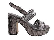 Sandalia de tiras en piel trenzada en tonos metalizados plateados. Plataforma. Altura total 8 cm