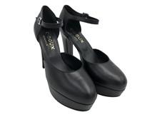 Zapato asalonado con aberturas laterales. Piel negra. Altura 8 cm. Plataforma.