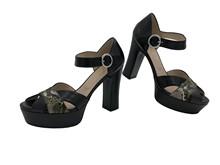 Sandalia de tiras en piel negra y serpiente multicolor. Talonera cerrada. Plataforma. Altura 8 cm.