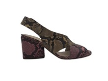 Sandalia cruzada en piel tipo serpiente camel y rosa. Tacón grueso de 6 cm. Piso de cuero.