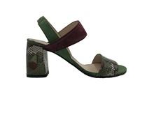 Sandalia de tiras en ante verde y granate y serpiente multicolor. Piso de cuero. Tacón grueso 7 cm.
