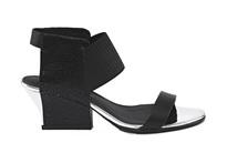 Sandalia de tira en negro con goma elástica en empeine. Tacón 4 cm. Piso de cuero.