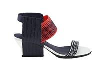 Sandalia de tira en multicolor con goma elástica en empeine. Tacón 4 cm. Piso de cuero.