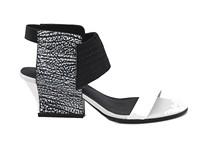 Sandalia de tira en blanco con goma elástica en empeine. Tacón 4 cm. Piso de cuero.