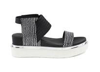 Sandalia de tira en negro con goma elástica en empeine. Plataforma 4 cm. Piso de goma.