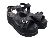 Sandalia con hebilla en la pala. Color negro. Plataforma de 6 cm de altura. Piso de goma.