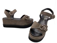 Sandalia con hebilla en la pala. Color visón. Plataforma de 6 cm. de altura. Piso de goma.