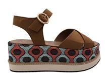 Sandalia cruzada en color tostado. Plataforma con motivo estampado en coral y turquesa. Piso goma