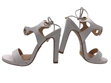 Sandalia de tiras en piel blanca atada en la talonera. Plataforma de 2 cm. Tacón 9 cm. de altura.